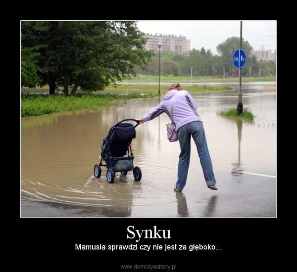 Synku – Mamusia sprawdzi czy nie jest za głęboko...