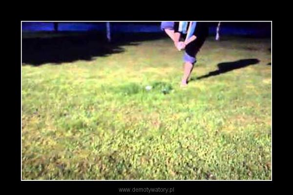 Mycie nóg na trawie gdy brakuje wody. –