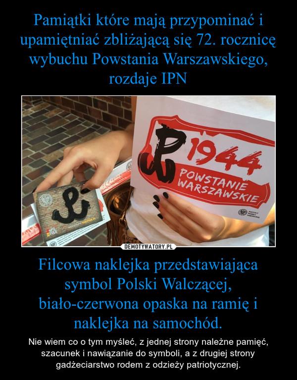 Filcowa naklejka przedstawiająca symbol Polski Walczącej, biało-czerwona opaska na ramię i naklejka na samochód. – Nie wiem co o tym myśleć, z jednej strony należne pamięć, szacunek i nawiązanie do symboli, a z drugiej strony gadżeciarstwo rodem z odzieży patriotycznej.