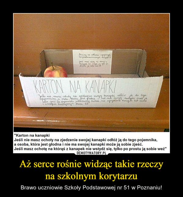 """Aż serce rośnie widząc takie rzeczyna szkolnym korytarzu – Brawo uczniowie Szkoły Podstawowej nr 51 w Poznaniu! """"Karton na kanapkiJeśli nie masz ochoty na zjedzenie swojej kanapki odłóż ją do tego pojemnika, a osoba, która jest głodna i nie ma swojej kanapki może ją sobie zjeść.Jeśli masz ochotę na którąś z kanapek nie wstydź się, tylko po prostu ją sobie weź"""""""