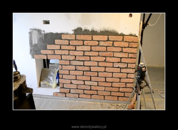Plasterki pociętej starej cegły z rozebranej kamienicy przyklejone w bloku –