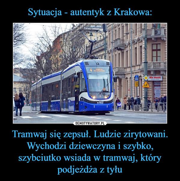Tramwaj się zepsuł. Ludzie zirytowani. Wychodzi dziewczyna i szybko, szybciutko wsiada w tramwaj, który podjeżdża z tyłu –