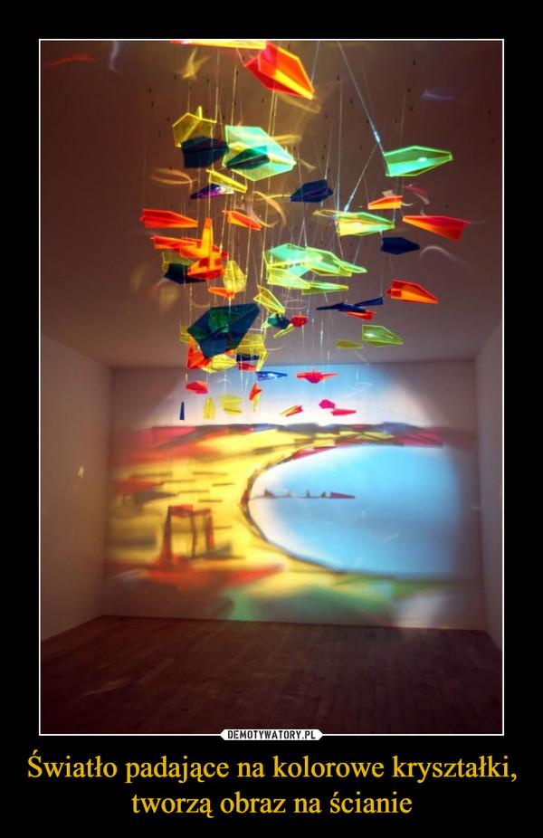 Światło padające na kolorowe kryształki, tworzą obraz na ścianie –