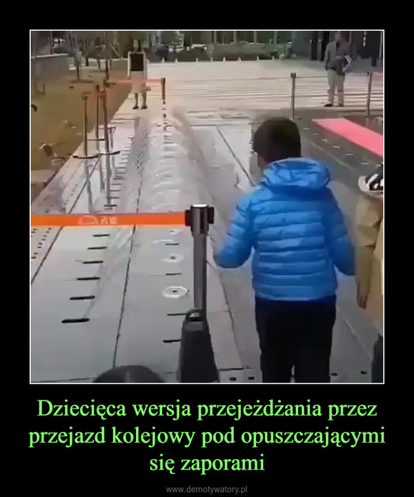 Dziecięca wersja przejeżdżania przez przejazd kolejowy pod opuszczającymi się zaporami –