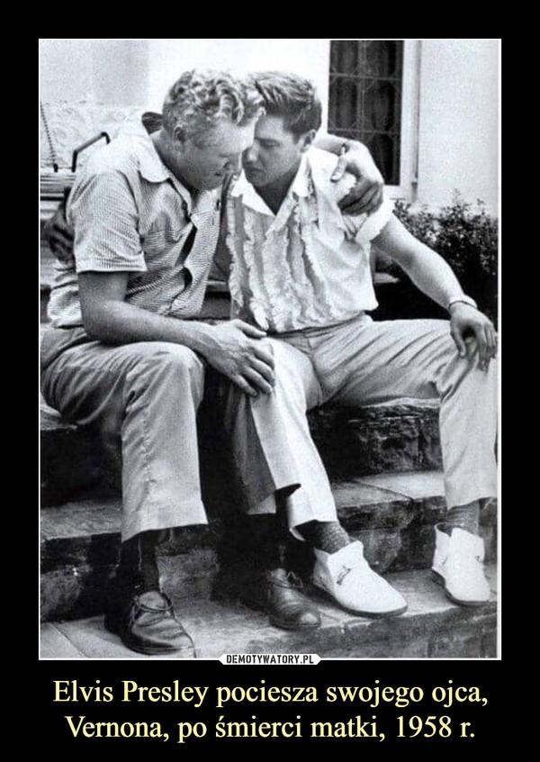 Elvis Presley pociesza swojego ojca, Vernona, po śmierci matki, 1958 r. –