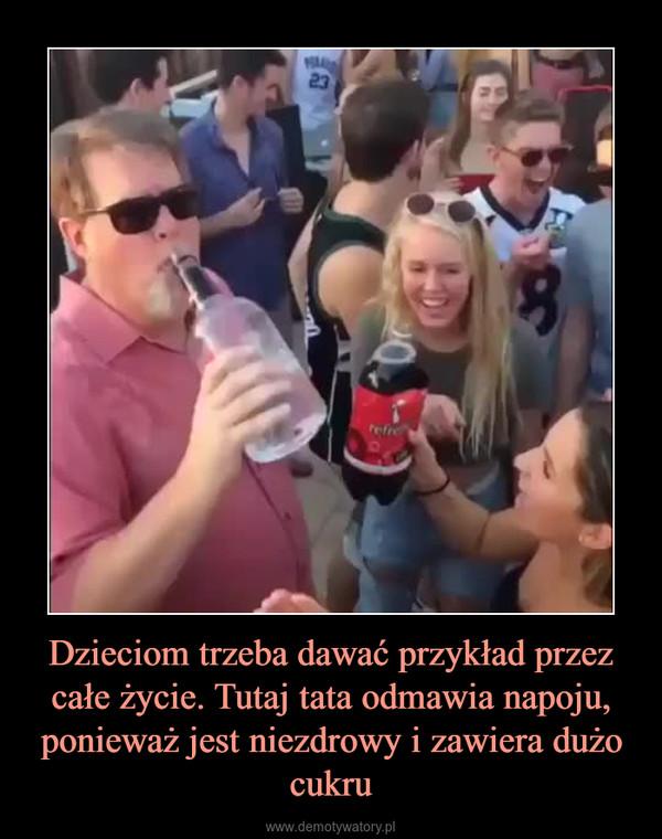 Dzieciom trzeba dawać przykład przez całe życie. Tutaj tata odmawia napoju, ponieważ jest niezdrowy i zawiera dużo cukru –