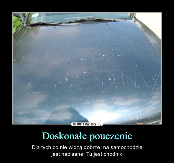 Doskonałe pouczenie – Dla tych co nie widzą dobrze, na samochodziejest napisane: Tu jest chodnik TU JEST CHODNIK