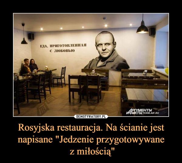 """Rosyjska restauracja. Na ścianie jest napisane """"Jedzenie przygotowywane z miłością"""" –"""