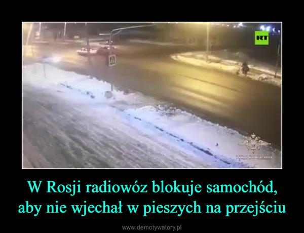 W Rosji radiowóz blokuje samochód, aby nie wjechał w pieszych na przejściu –