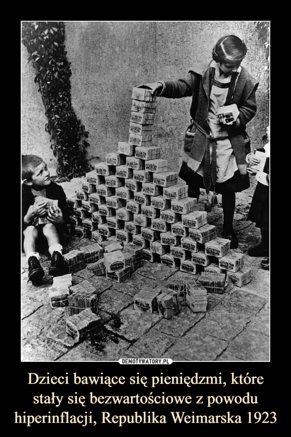 Dzieci bawiące się pieniędzmi, które stały się bezwartościowe z powodu hiperinflacji, Republika Weimarska 1923 –