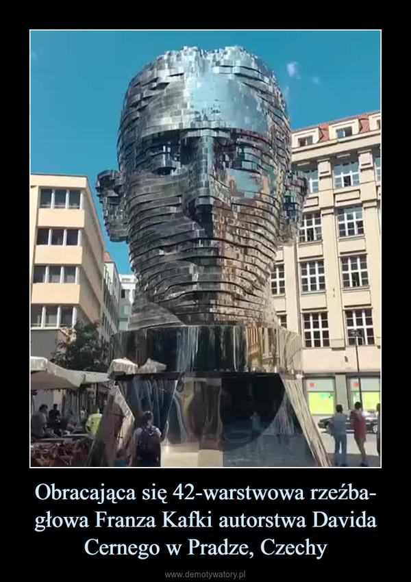 Obracająca się 42-warstwowa rzeźba- głowa Franza Kafki autorstwa Davida Cernego w Pradze, Czechy –